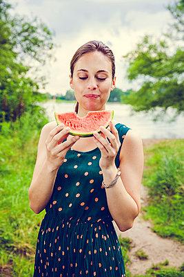 Frau mit Melone - p904m932288 von Stefanie Päffgen