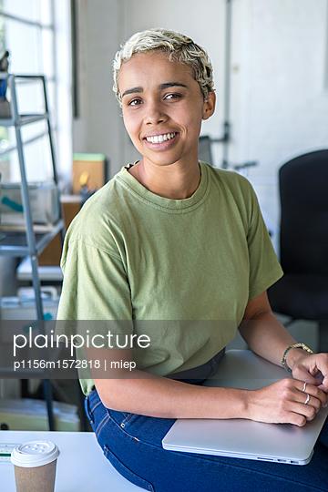 Frau mit Laptop - p1156m1572818 von miep