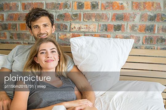 Paar im Bett - p1156m2015731 von miep