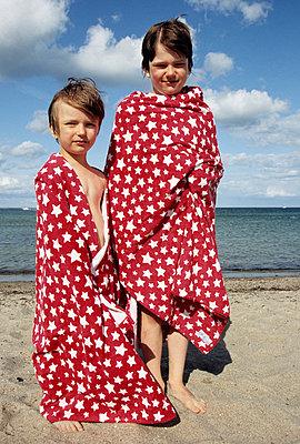Jungs am Strand - p0452175 von Jasmin Sander