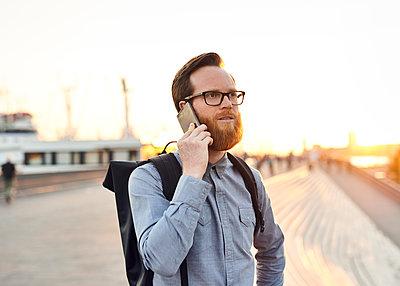 Mann telefoniert auf dem Arbeitsweg - p1124m1169972 von Willing-Holtz