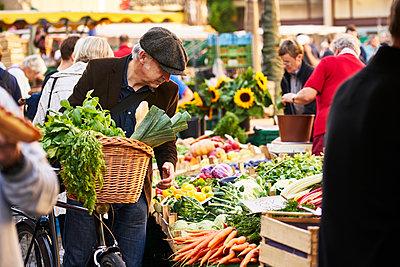 Wochenmarkt - p1312m1515392 von Axel Killian