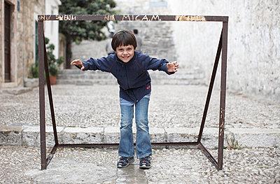 Junge steht in einem Fußballtor, Dubrovnik, Dalmatien, Kroatien - p1316m1160481 von Enno Kapitza