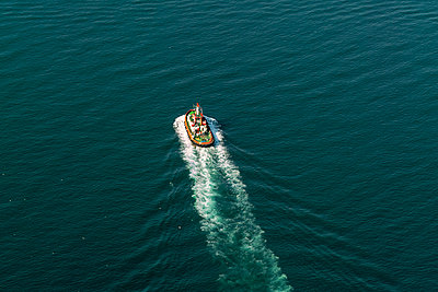 A boat in the marama sea from above - p1332m1502654 by Tamboly