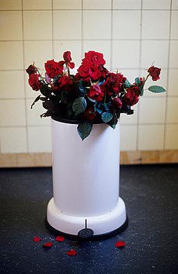 Mülleimer mit Rosen - p2670227 von Ingo Kukatz