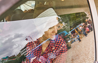 Bolivia, Copacabana, smiling woman looking out of car window - p300m2059768 by Stefan Schütz