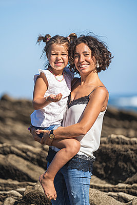 family with 2 children enjoying the beach and cliffs of the Basque country - p300m2257265 von SERGIO NIEVAS