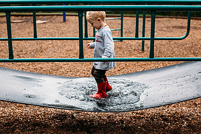 Toddler boy playing in the playground - p1238m1462488 by Amanda Voelker