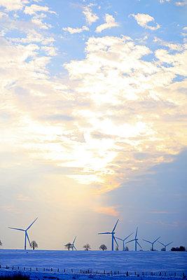 Windkraftwerke im Winter - p1258m1539127 von Peter Hamel