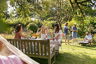 Garden party - p788m2037318 by Lisa Krechting