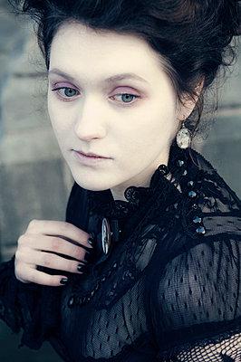 Witwe - p970m738418 von KATYA EVDOKIMOVA