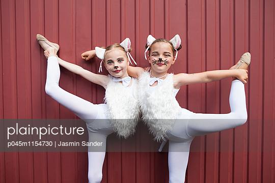 Zwei Zirkuskätzchen halten Balance - p045m1154730 von Jasmin Sander