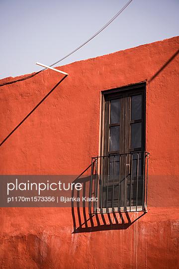 plainpicture - plainpicture p1170m1573356 - Red house, Mexico - plainpicture/Bjanka Kadic
