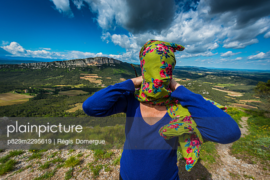 Woman with a headscarf over her face - p829m2295619 by Régis Domergue