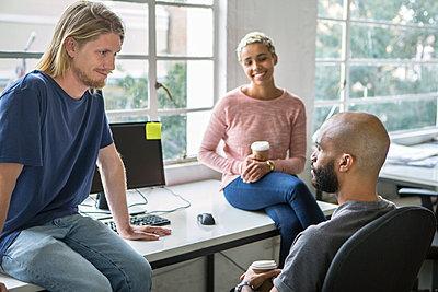 Junge Leute im Gespräch  - p1156m1572745 von miep