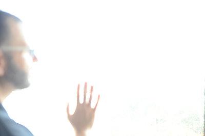 Männliche Hand im grellen Licht - p1267m1514264 von Wolf Meier