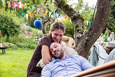 Junges Paar in der Hängematte entspannt sich - p788m1165394 von Lisa Krechting