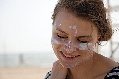 Sonnencreme im Gesicht - p1356m1475029 von Markus Rauchenwald