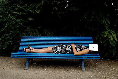 Frau schläft auf einer Parkbank - p491m1132540 von Ernesto Timor