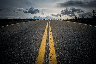 Ein Highway mit gelbem Mittelsreifen, Alaska, USA - p741m2168730 von Christof Mattes