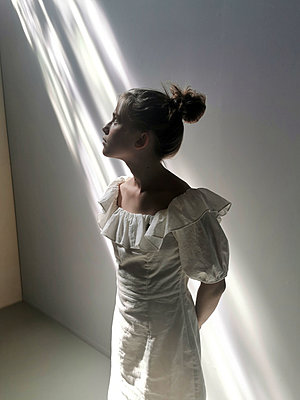 Girl wearing white dress - p945m2294980 by aurelia frey
