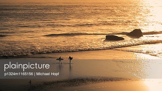 Surfer am Strand bei Sonnenuntergang - p1324m1165156 von michaelhopf