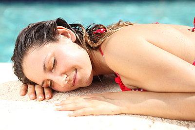 Sleeping at the poolside - p045m925825 by Jasmin Sander