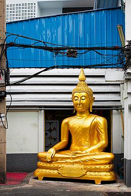 Buddha vor einem Gebäude - p1032m1220648 von Fuercho