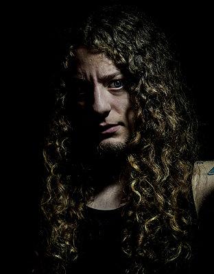 Junger Mann mit langem lockigen Haar - p1180m987346 von chillagano