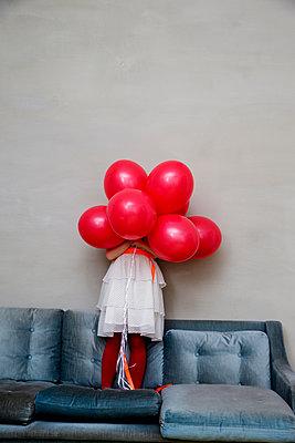Mädchen hinter 7 Luftballons - p1212m1092002 von harry + lidy