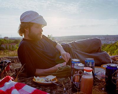 Mann mit Baskenmütze macht Picknick - p972m1088582 von Trinidad Carrillo