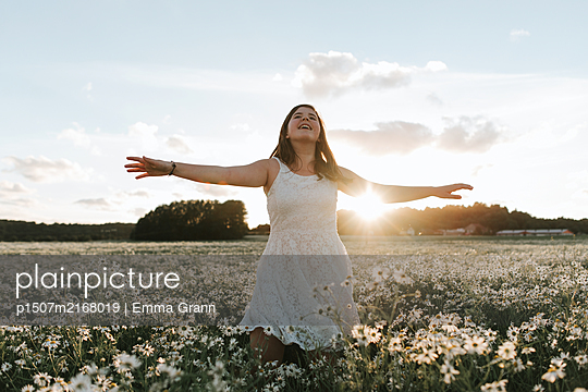 Flower field freedom - p1507m2168019 by Emma Grann
