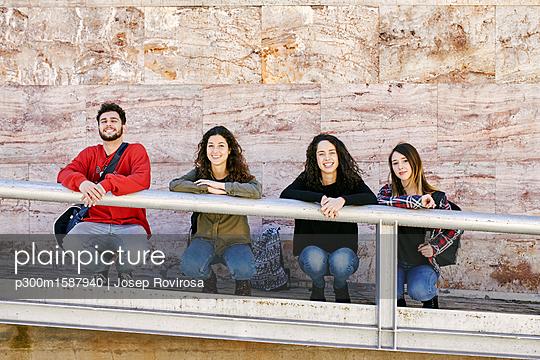 plainpicture - plainpicture p300m1587940 - Portrait of four happy frie... - plainpicture/Westend61/Josep Rovirosa