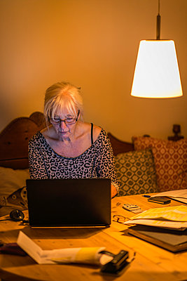 Woman using laptop - p1418m2007556 by Jan Håkan Dahlström