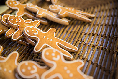 Gingerbread men in basket on cooperative food market stall - p429m1156370 by Matelly