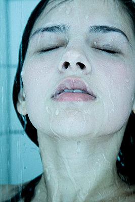 Gesicht einer Frau beim Duschen - p9792802 von Schwalm