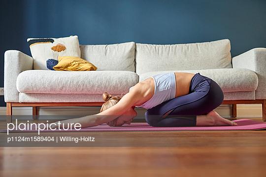 Junge Frau macht eine Yoga Übung - p1124m1589404 von Willing-Holtz