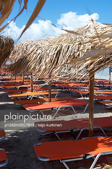 Liegestühle am Strand von Elafonisi - p1242m2027813 von teijo kurkinen