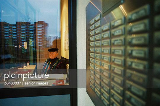 Doorman eines Wohnhochhauses in Hamburg  - p6430037 von senior images