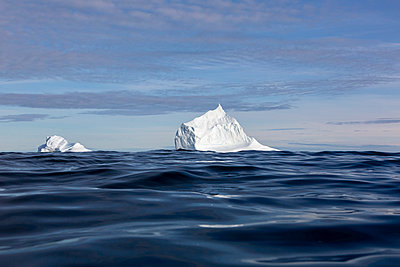 Majestic iceberg formations over sunny blue ocean - p1023m2161528 by Martin Barraud