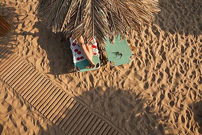 Enjoying the beach - p454m2207559 by Lubitz + Dorner