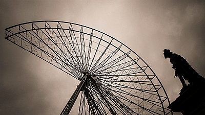 Dismounting of ferris wheel - p813m1217380 by B.Jaubert
