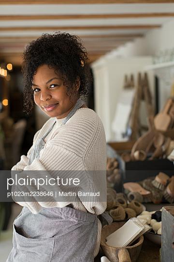 Portrait confident female shop owner - p1023m2238646 by Martin Barraud