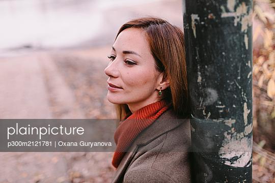 plainpicture - plainpicture p300m2121781 - Portrait of relaxed woman i... - DEEPOL by plainpicture/Oxana Guryanova