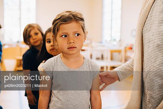 plainpicture - plainpicture p426m2023211 - Midsection of teacher stand... - plainpicture/Maskot