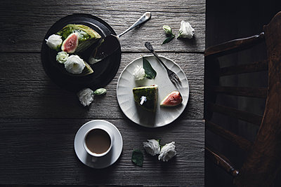 Overhead view of pancakes with coffee and roses on wooden table - p1166m1231677 by Cavan Images