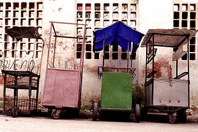Tiendas desiertas - p1283m1159860 by Handaphoto