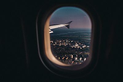 Blick aus Flugzeug auf Berlin bei Sonnenaufgang - p1497m1585717 von Sascha Jacoby