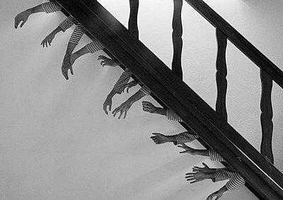 Viele Hände unter einer Treppe - p1567m2173067 von Claire Picheyre