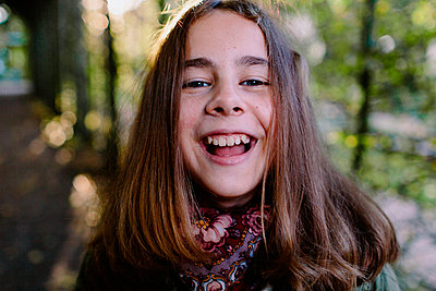 Portrait of laughing young girl in a park - p300m2121763 von Oxana Guryanova